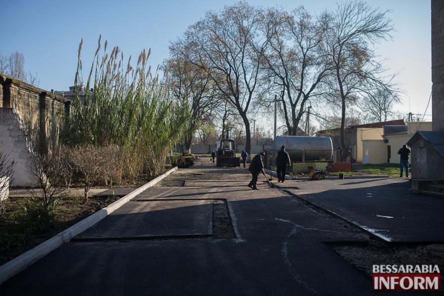 SME_2826 Измаил: территорию городской больницы закатали в асфальт (фото)
