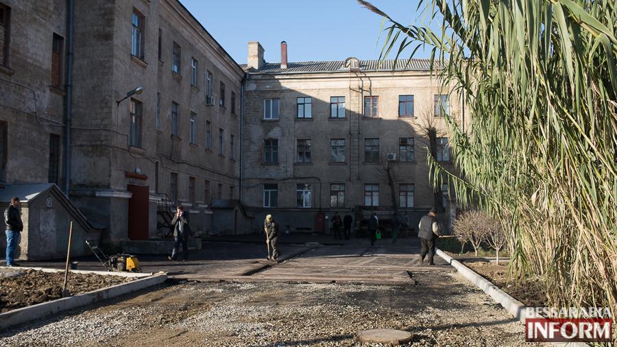 SME_2829 Измаил: территорию городской больницы закатали в асфальт (фото)