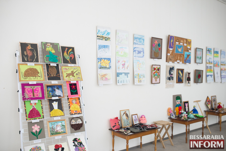 """SME_2967 Измаил: выставка работ """"особых"""" детей (фоторепортаж)"""
