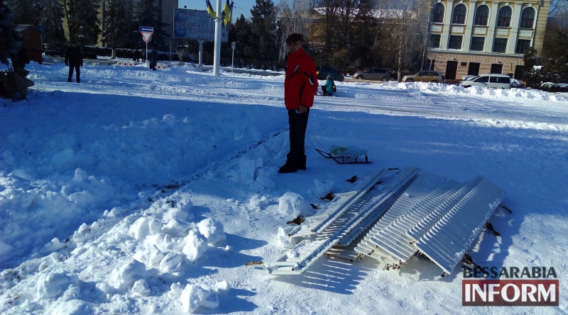 В Измаиле начали демонтаж новогодней ёлки