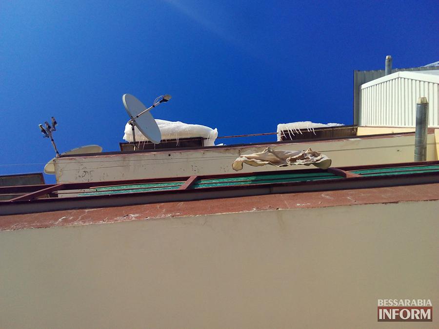 P3iAK1SQf-Q2 Измаил: сосульки на крышах - угроза для жизни (фото)