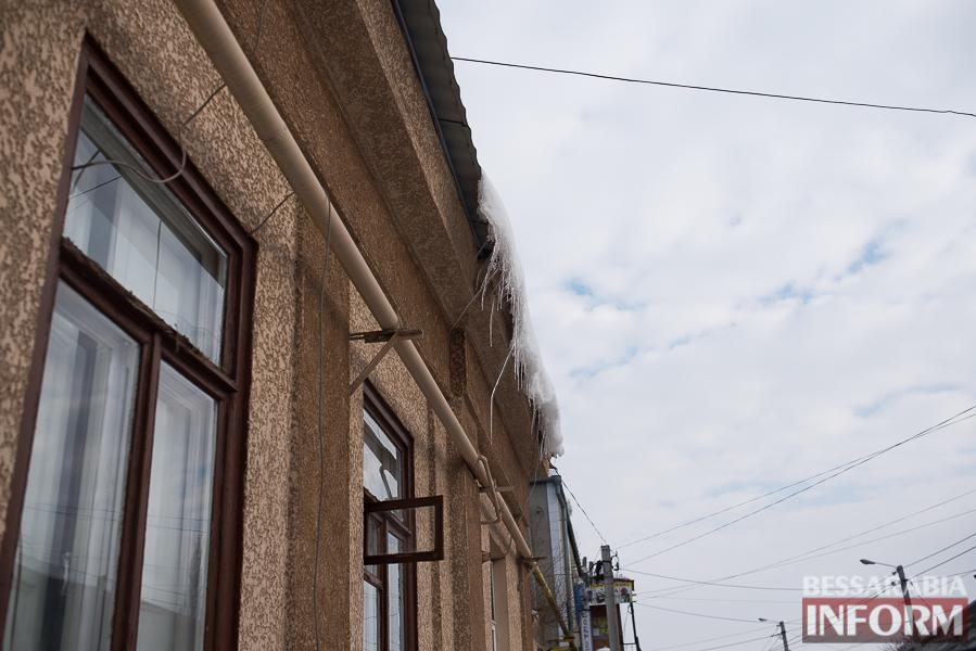 SME_1946 Измаил: сосульки на крышах - угроза для жизни (фото)
