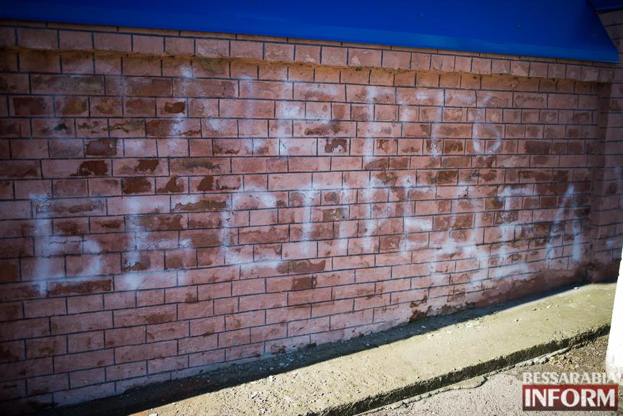 SME_7725 Измаильские коммунальщики убрали за вандалами (фото)