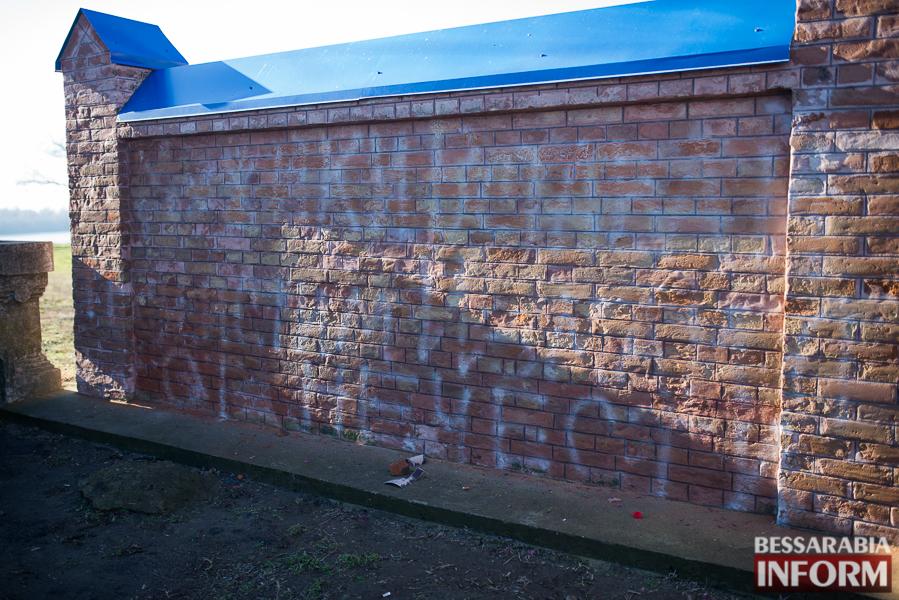 Измаильские коммунальщики убрали за вандалами (фото)