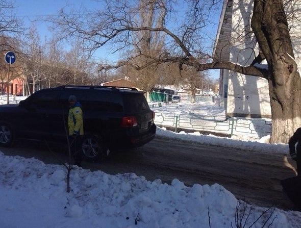 Василий Ломаченко помог вытащить маршрутку с пассажирами из снежного сугроба