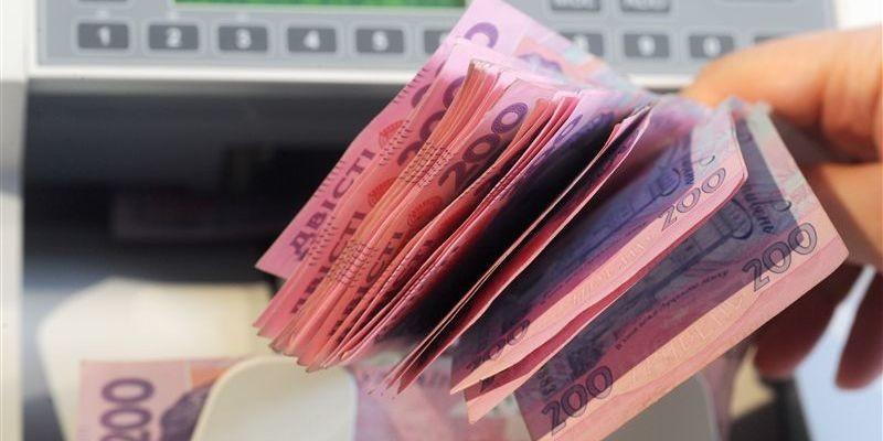 деньги-купюры по 200 гривен