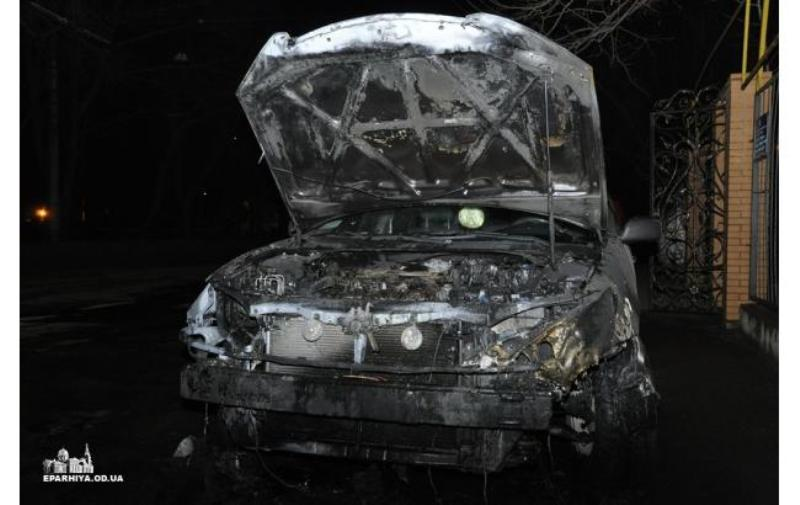 В Одессе священнику сожгли Toyota Camry