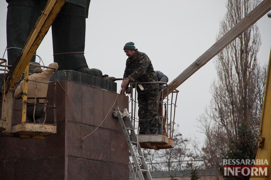 IMG_9886 Гудбай, Ильич, гудбай - в Измаиле демонтируют памятник Ленину (ФОТО)