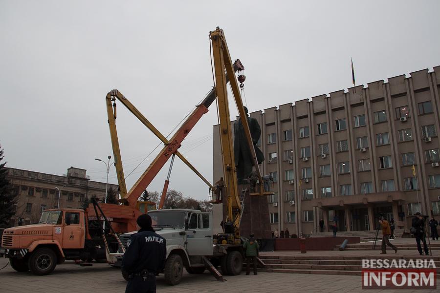 IMG_9890 Гудбай, Ильич, гудбай - в Измаиле демонтируют памятник Ленину (ФОТО)
