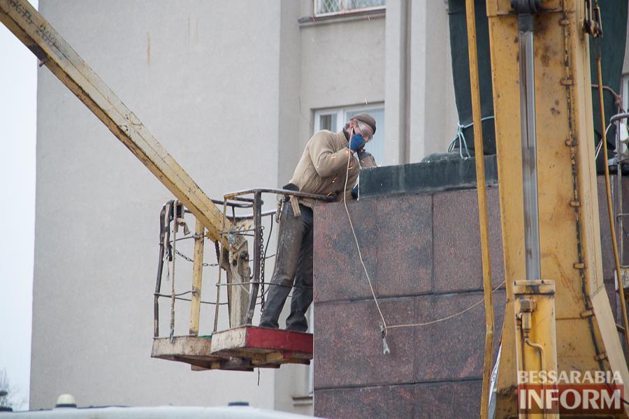 IMG_9895 Гудбай, Ильич, гудбай - в Измаиле демонтируют памятник Ленину (ФОТО)