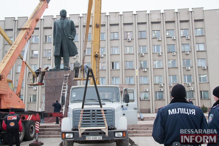 IMG_9913 Гудбай, Ильич, гудбай - в Измаиле демонтируют памятник Ленину (ФОТО)
