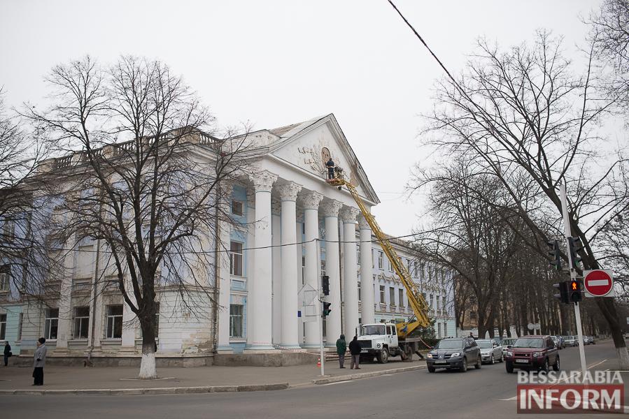 SME_8760 Со здания Измаильского техникума убрали советскую символику (фото)