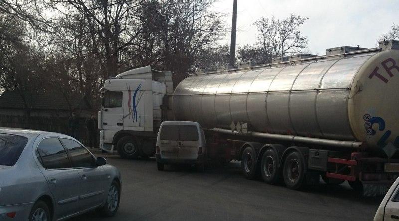 hcnAq5afpDE ДТП в Измаиле: DAF подмял под себя легковушку (фото)