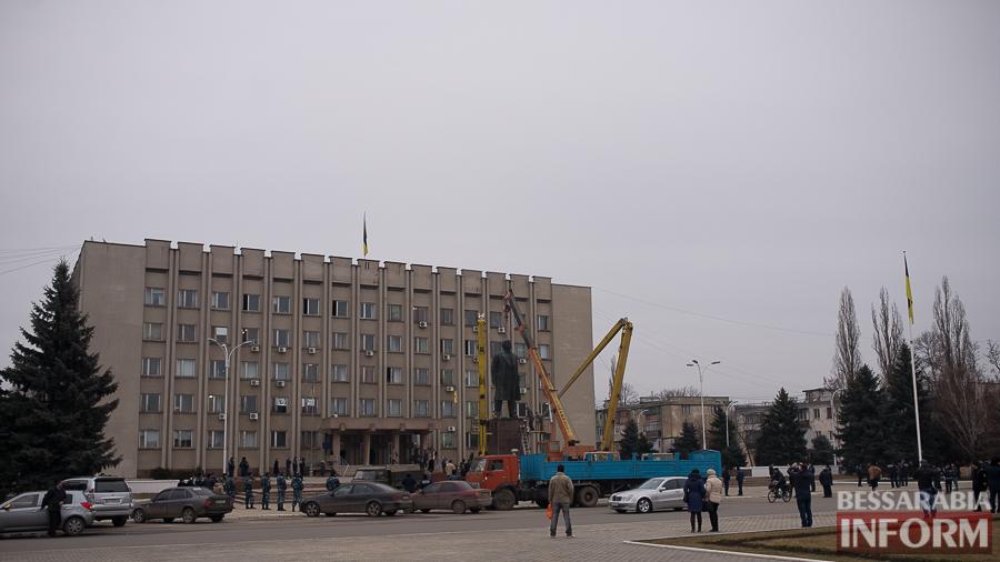 miniatyura-1-1 Гудбай, Ильич, гудбай - в Измаиле демонтируют памятник Ленину (ФОТО)