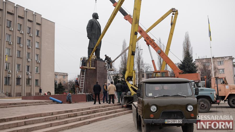 miniatyura-4 Гудбай, Ильич, гудбай - в Измаиле демонтируют памятник Ленину (ФОТО)