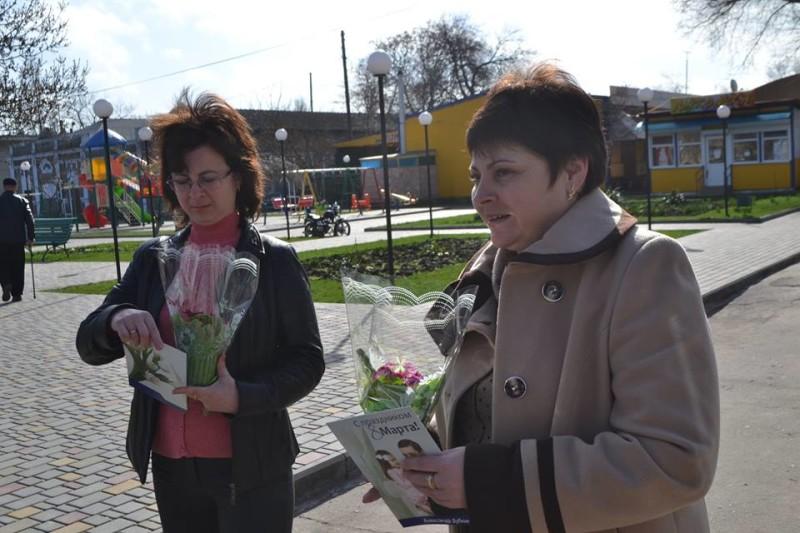 12729223_573124296170637_2230227701304353731_n-e1457512145430 Поздравления и цветы прохожим женщинам - от бравых ребят из Килийской варты (фоторепортаж)
