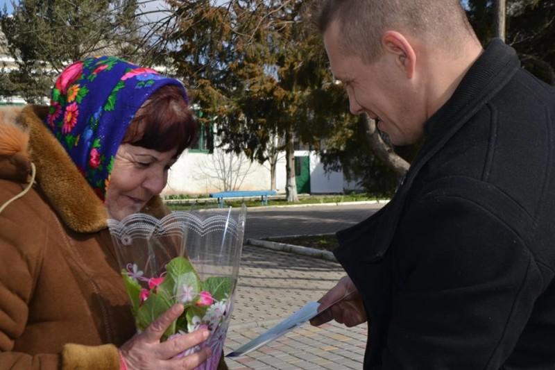 12794338_573124102837323_7493316727640323490_n-e1457512230352 Поздравления и цветы прохожим женщинам - от бравых ребят из Килийской варты (фоторепортаж)