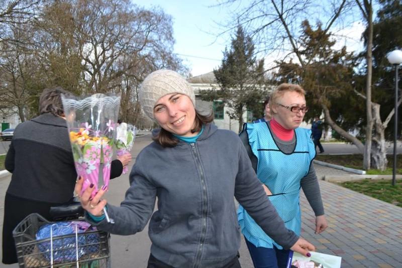 12801272_573123596170707_2507916055202907788_n-e1457512291475 Поздравления и цветы прохожим женщинам - от бравых ребят из Килийской варты (фоторепортаж)
