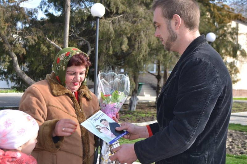 12814324_573123089504091_2007128990475817317_n-e1457512489780 Поздравления и цветы прохожим женщинам - от бравых ребят из Килийской варты (фоторепортаж)