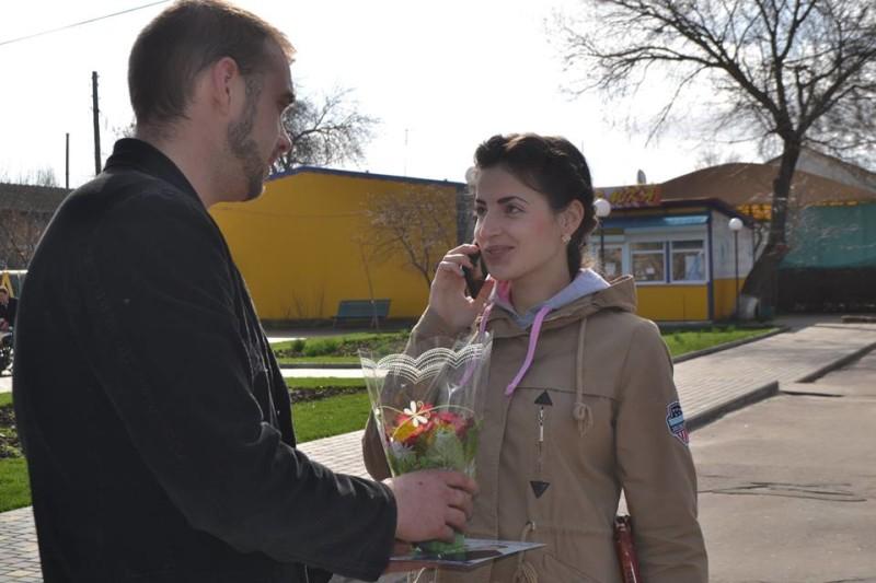 12814594_573123942837339_7892099516903526947_n-e1457512717376 Поздравления и цветы прохожим женщинам - от бравых ребят из Килийской варты (фоторепортаж)