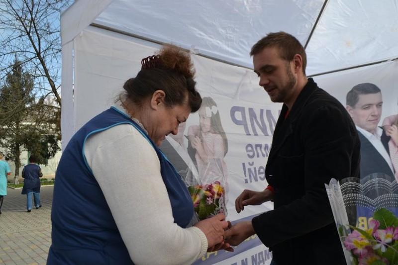 12821397_573123682837365_7329348793766940637_n-e1457512584472 Поздравления и цветы прохожим женщинам - от бравых ребят из Килийской варты (фоторепортаж)