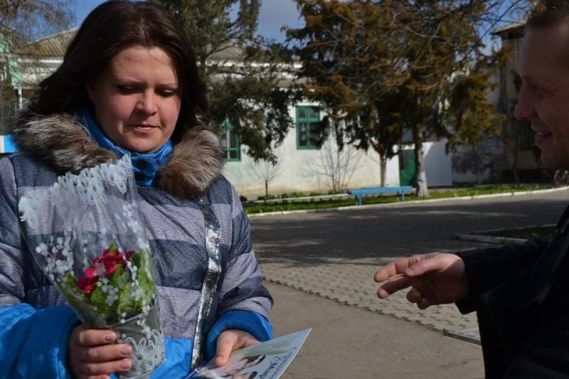 828_573123972837336_6949837176420664139_n-e1457511720789 Поздравления и цветы прохожим женщинам - от бравых ребят из Килийской варты (фоторепортаж)