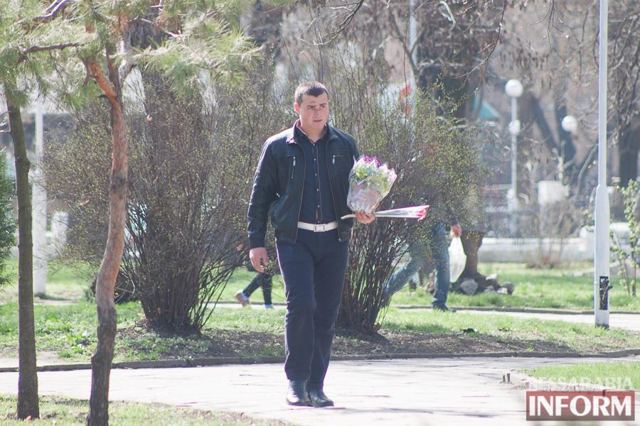 """IMG_7751 8 Марта в Измаиле: мужчины """"штурмуют"""" цветочный рынок (фото)"""