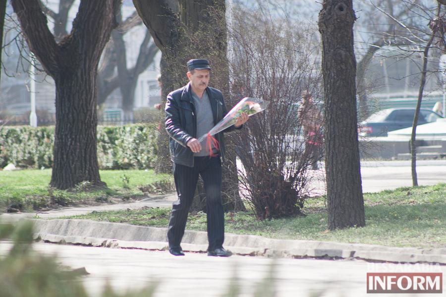 """IMG_7760 8 Марта в Измаиле: мужчины """"штурмуют"""" цветочный рынок (фото)"""