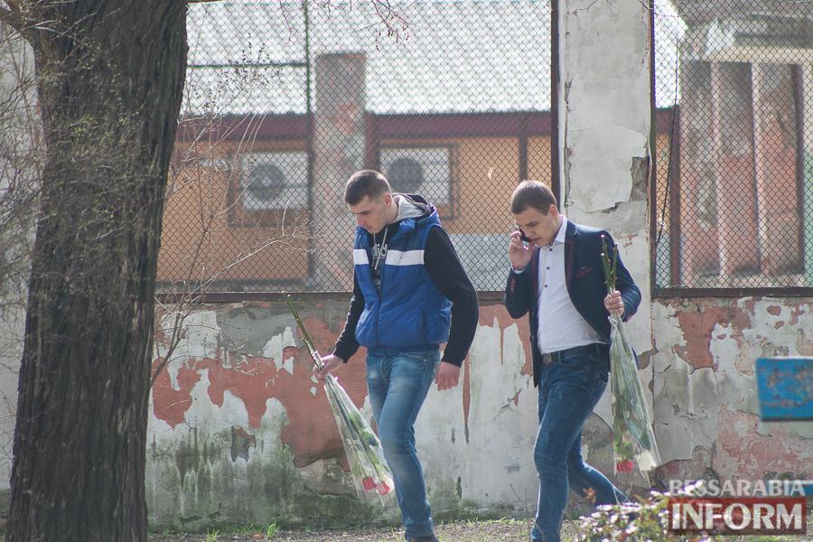 """IMG_7777 8 Марта в Измаиле: мужчины """"штурмуют"""" цветочный рынок (фото)"""