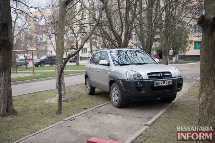 SME_1249 «Я паркуюсь как … »: в Измаиле продолжают парковаться на газонах и игнорировать интересы пешеходов (фото)