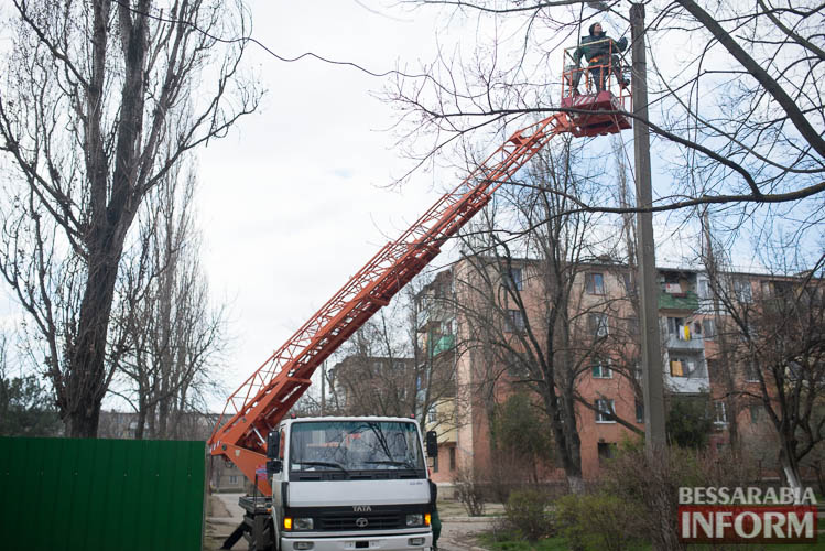 SME_1278 Измаил: по Клушина идет капитальный ремонт сетей наружного освещения (фото)