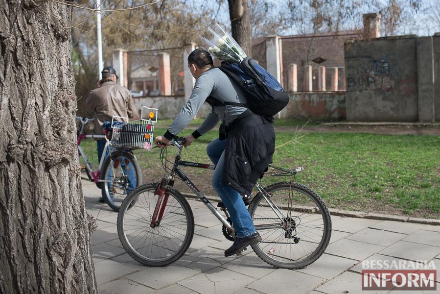 """SME_9419 8 Марта в Измаиле: мужчины """"штурмуют"""" цветочный рынок (фото)"""