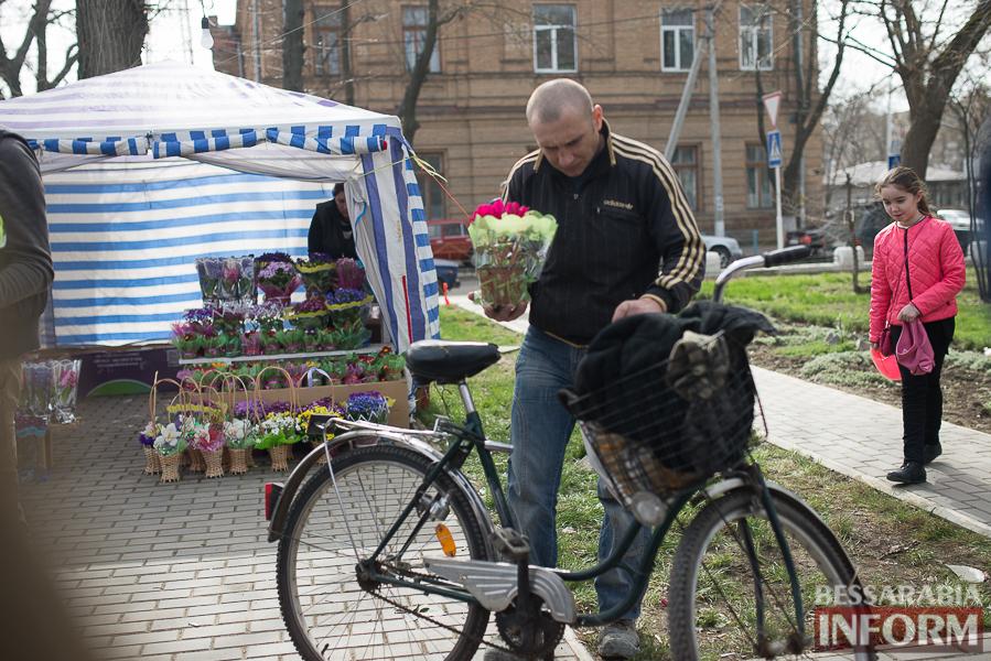 """SME_9437 8 Марта в Измаиле: мужчины """"штурмуют"""" цветочный рынок (фото)"""