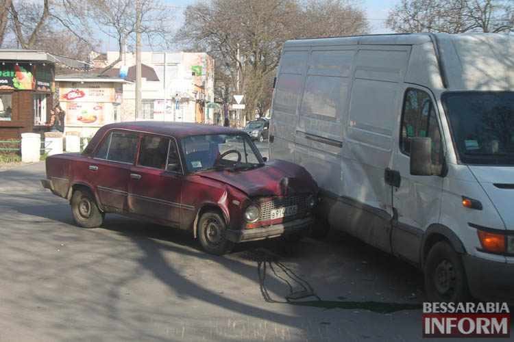 Yl8zx0nAII ДТП в Измаиле: дорогу не поделили ВАЗ и IVECO (фото)