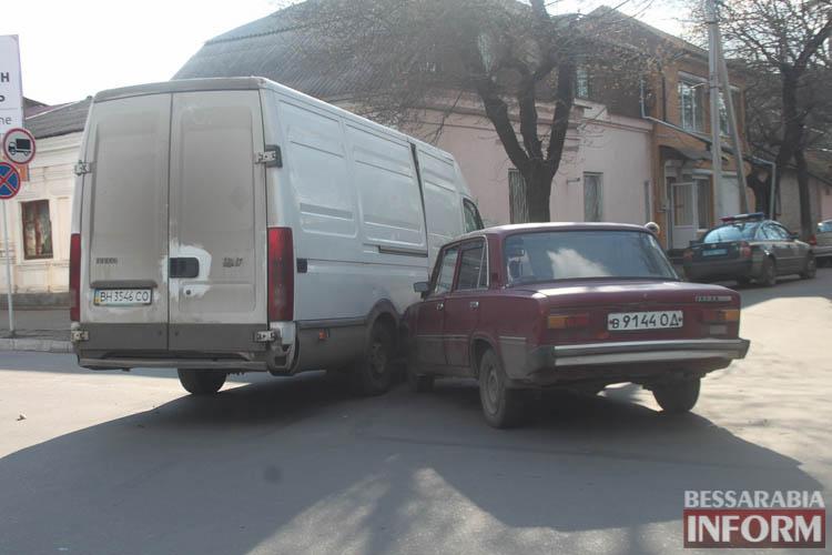 oHZ4OBdD-Vk ДТП в Измаиле: дорогу не поделили ВАЗ и IVECO (фото)