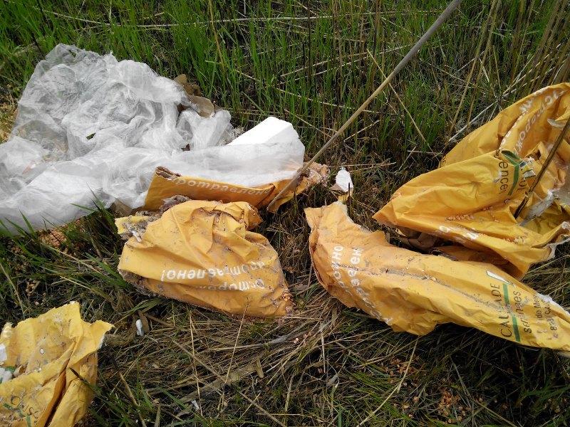 yKIVd78pTew Измаильчане обнаружили в плавнях Лебяжьего озера килограммы отравы (фото)