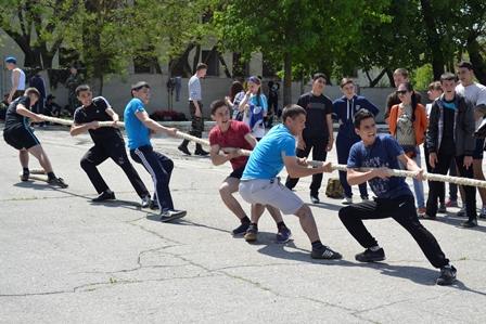 10-1 Школьники Болградского района соревновались в перетягивании каната и строевой подготовке