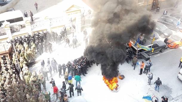 1792541 Под Администрацией президента горят шины (фото)