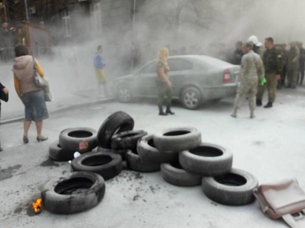 1792545 Под Администрацией президента горят шины (фото)