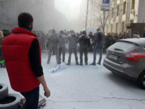 Под Администрацией президента горят шины (фото)