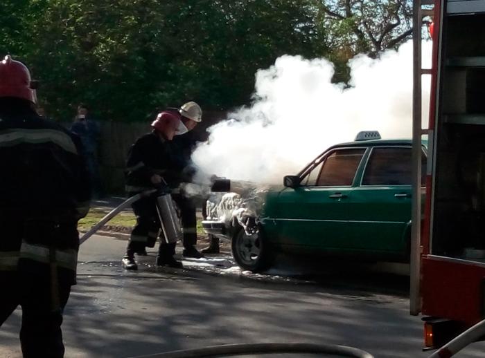 498 В Измаиле горело такси (фото)