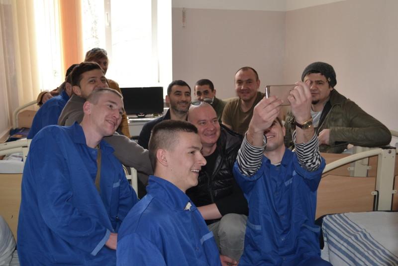 """64b9cd3af0ad7a83df0216f4263c231cc6d73229-e1459764655194 """"Кварталовцы"""" посетили раненных бойцов АТО в Одессе (фото)"""
