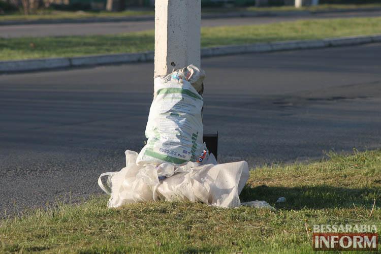 ФотоФАКТ: в Измаиле пакеты с мусором развешивают прямо на деревья