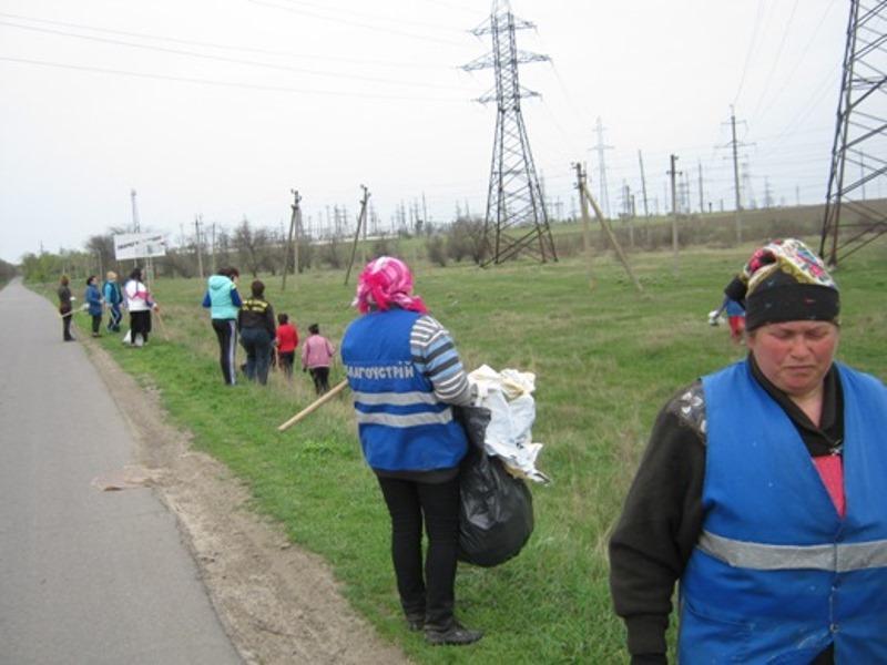 В Арцизе очистили въезды в город от мусора, который летит со свалки (фото)