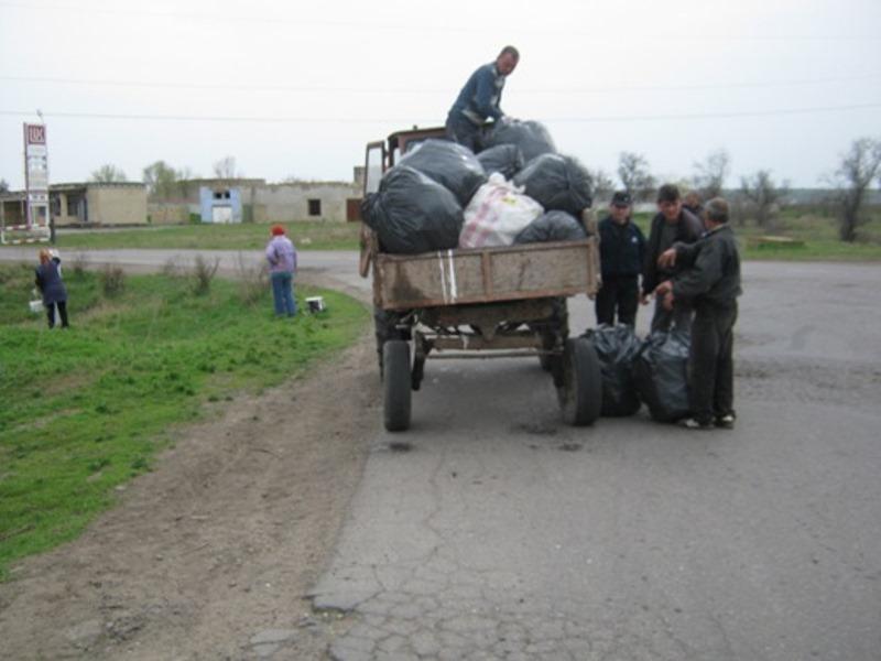 IMG_8915-1 В Арцизе очистили въезды в город от мусора, который летит со свалки (фото)