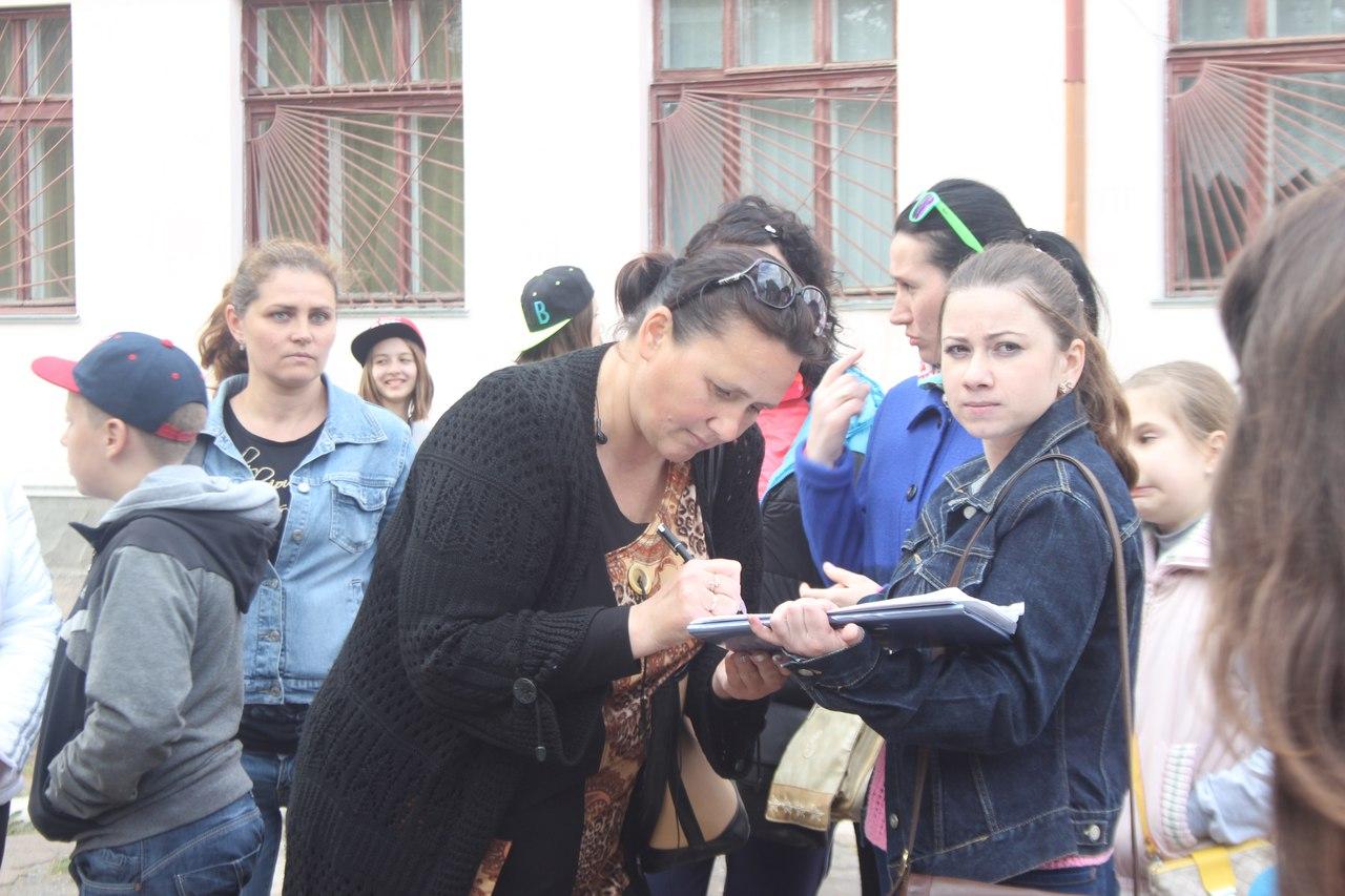 """X6Y5glFEZGo """"Я не сдамся без боя"""": родители учащихся Измаильской ОШ №7 противятся переселению (фото)"""