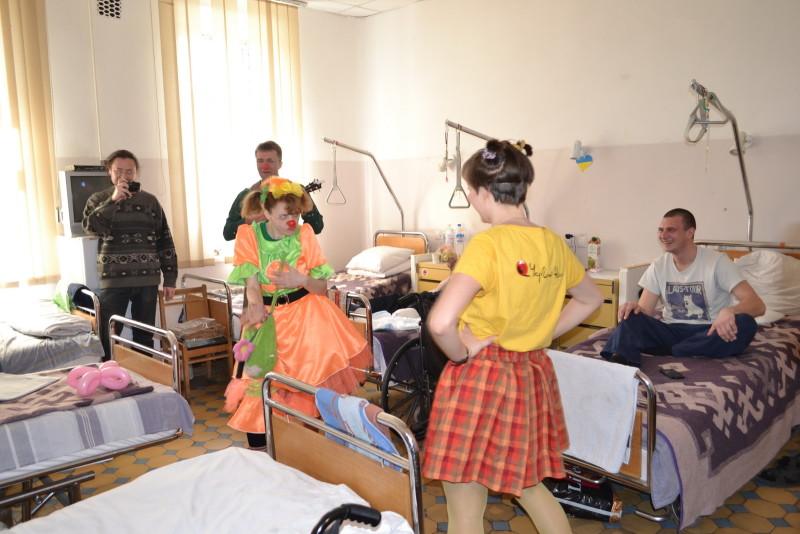 """a8f81d2506306d0f165569aee8d72d12a7d34c19-e1459765116677 """"Кварталовцы"""" посетили раненных бойцов АТО в Одессе (фото)"""