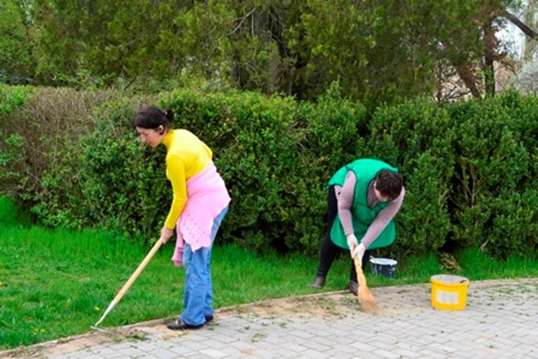 В Болграде госслужащие вышли на субботник (фото)