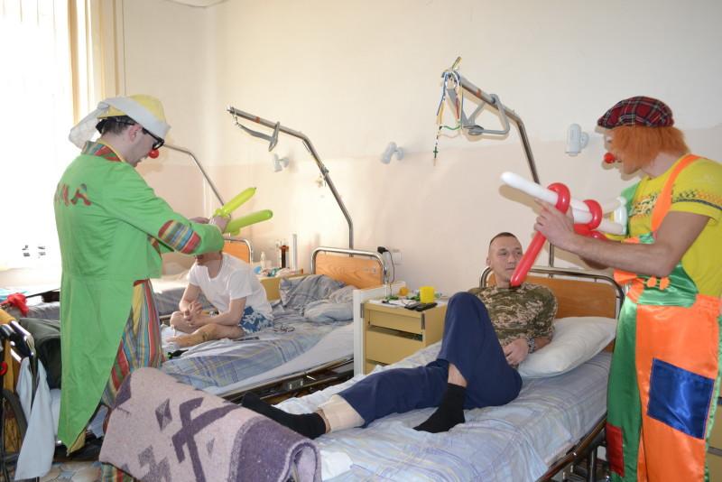 """""""Кварталовцы"""" посетили раненных бойцов АТО в Одессе (фото)"""