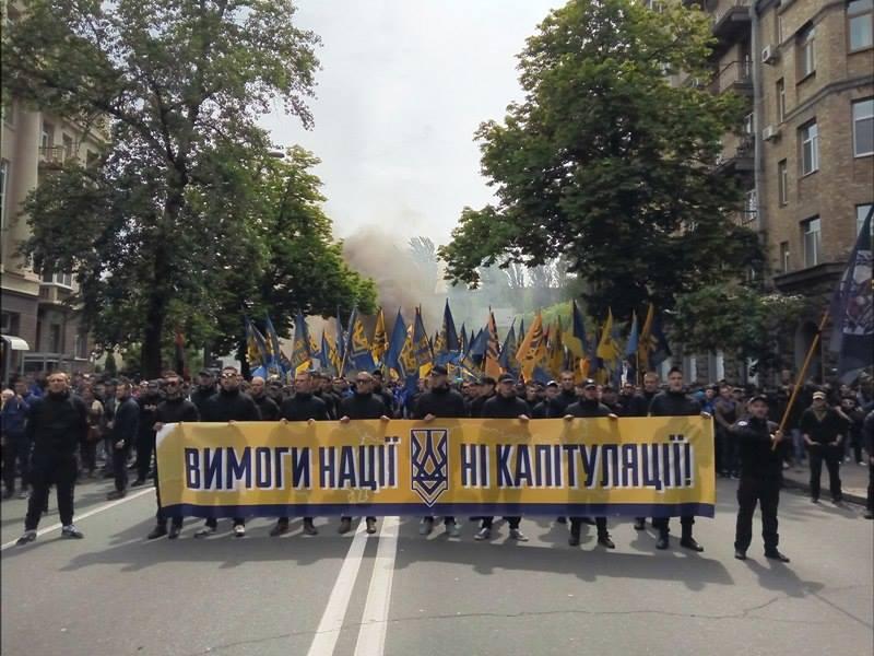 """Под стенами ВР проводят марш тысячи """"азовцев"""" с дымовыми шашками (фото)"""